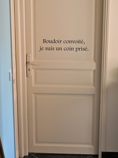 le sticker texte colle son message poétique sur la porte